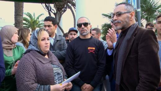فيديو.. عائلة مغربية بمليلية تحتج على إعتداء الشرطة الإسبانية على إبنها القاصر