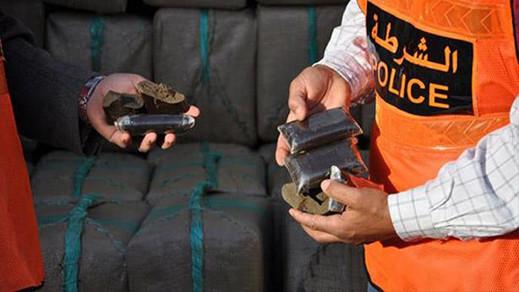 توقيف 3 مستخدمين حاولوا إدخال 25 كيلوغرام من الحشيش إلى الميناء المتوسطي