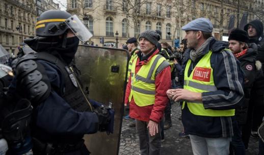 اصطدامات بين الشرطة والمتظاهرين في الأسبوع الثامن من احتجاجات السترات الصفراء بباريس