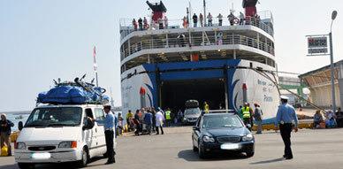 المحكمة الإدارية تحكم بالتعويض لفائدة مهاجر مغربي إعتقله الأمن بميناء بني نصار خطأ