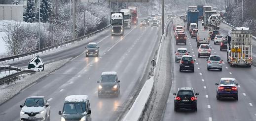 بالفيديو.. إلغاء رحلات وتعطل حركة القطارات والشاحنات في فرنسا بسبب الثلوج
