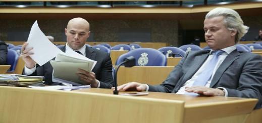 صورة تعود الى الرابع من ابريل 2013 يظهر فيها النائب يورام فان كلافيرين الى اليسار الى جانب زعيم اليمين المتطرف في هولندا غيرت فيلدرز