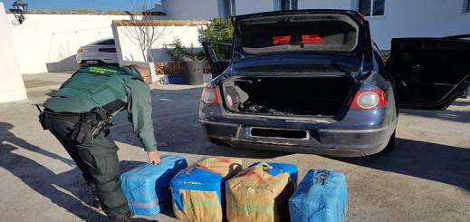 اعتقال مغربيين عثرا داخل سيارتهما على 135 كلغ من الحشيش ضواحي قاديس