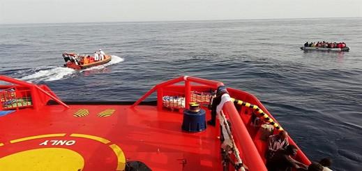 مركز الإنقاذ البحري في ألميريا  يعلن عن تعطل قارب مطاطي في عرض البحر على متنه 64 مهاجرا