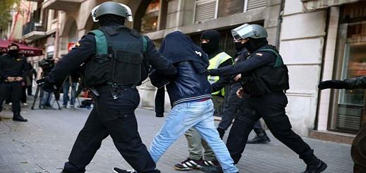 تفكيك شبكة لتهريب الحشيش واعتقال 9 من أعضائها وحجز سيارات وأموال وأسلحة