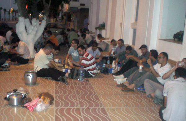 معطلو الناظور يحتجون بإفطار جماعي أمام عمالة الإقليم