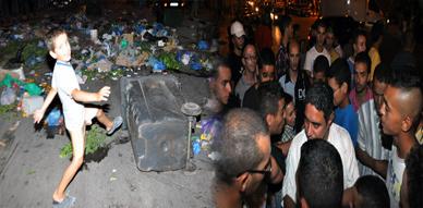ساكنة حي لعري الشيخ بالناظور تواصل إحتجاجها على تراكم الأزبال وتحمل المسؤولية للمجلس البلدي