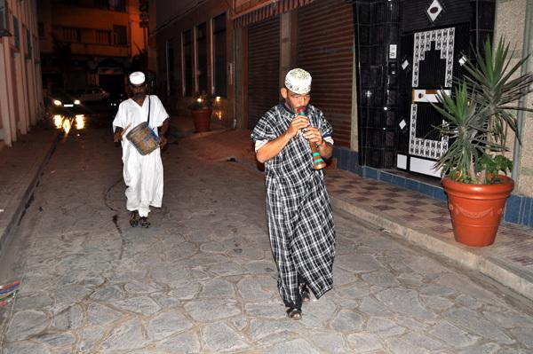 نفار يوقظ سكان الناظور على إيقاعات موسيقية خلال فترة السحور