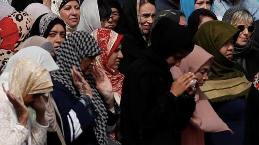 شاهدوا.. مئات آلاف النيوزيلنديين و السياح يحجون إلى صلاة الجمعة تضامناً مع المسلمين