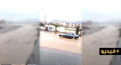 شاهدوا.. فيضان يغلق شوارع تيزطوطين بسبب التساقطات المطرية بالمنطقة