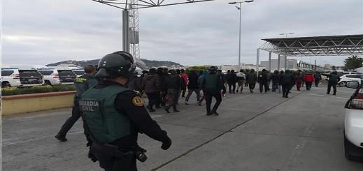 بالفيديو. الأمن الإسباني يوقف 100 مهاجر سري ضمنهم 39 قاصرا بعد مقتل مغربي طعنا بسكين