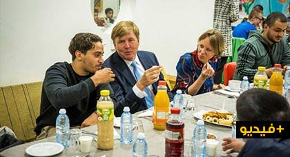 شاهدوا.. ملك هولندا يتناول وجبة الإفطار مع مجموعة من المهاجرين المسلمين بمركز اجتماعي