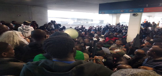 بالفيديو.. المئات من المهاجرين السريين يحتلون مبنا بمطار شارل ديغو في باريس تنديدا بسياسات الترحيل