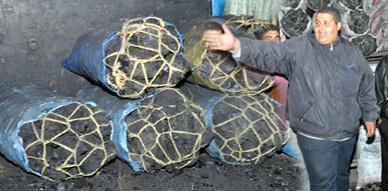 بائعو الفحم الخشبي بسوق أزغنغان الأسبوعي يعبرون عن استنكارهم من ممارسات المجلس البلدي
