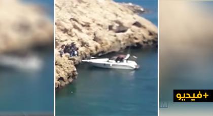 """شاهدوا.. قارب ترفيهي يحمل أكثر من عشرين """"حراكا"""" في واضحة النهار انطلاقا من شاطئ بمليلية"""