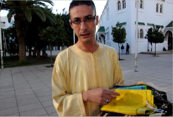 الناشط الأمازيغي رشيد زناي يؤدي صلاة العيد فوق العلم الأمازيغي إحتجاجا على اتهامات جريدة الأسبوع الصحفي