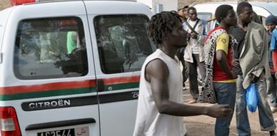 إيقاف 15 مهاجرا سريا من دول جنوب الصحراء على متن سيارة لنقل البضائع بالناظور