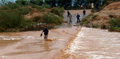 سكان دوار الزاوية ببوعرك يستبشرون خيرا بالأمطار التي عرفتها المنطقة ويشتكون من هشاشة الطرق والقناطر
