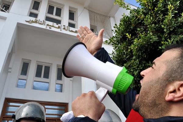 سليمان حوليش يواصل احتجاجه ويهدد بإحراق نفسه إذا لم تتم محاكمة عامل إقليم الناظور