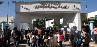 تلاميذ بثانوية عثمان بن عفان ببني انصار يحتجون بنيابة التعليم بالناظور احتجاجا على تنقيل أستاذ يدرسهم مادة المحاسبة