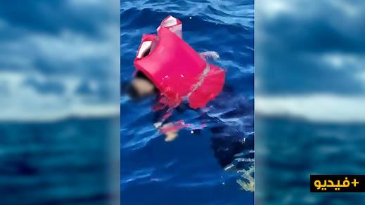 مأساة.. شاهدوا جثة لمهاجر سري تطفو فوق سطح البحر بسواحل الريف