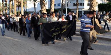 معطلو الناظور يستأنفون أشكالهم النضالية بتنظيم مسيرة احتجاجية بشوارع المدينة