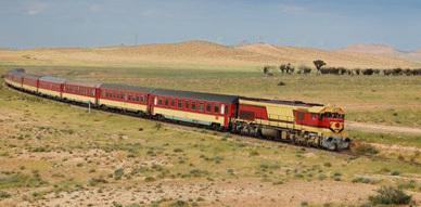 قطار متوجه الى الناظور يتوقف وسط سكة الحديد والمسافرون يعبرون عن غضبهم إزاء هذا التصرف
