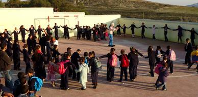 جمعية بروال للتنمية الاجتماعية الثقافية والبيئية تشرف على توزيع 130 زي مدرسي على تلاميذ المنطقة