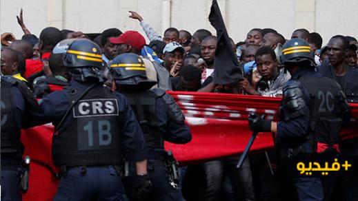 بالفيديو... مهاجرون بدون أوراق الإقامة ينظمون مظاهرة إحتجاجية عارمة في باريس للمطالبة بتسوية وضعيتهم