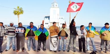 الحركة الأمازيغية تطالب بإطلاق سراح أوعضوش وأوسايا وترفع علم الجمهورية الريفية في وقفة احتجاجية بالناظور
