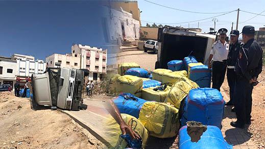 بالصور.. إنقلاب سيارة محملة بالملابس المهربة بعد دهسها لشخص بحي ترقاع