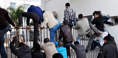 معطلو الناظور يقتحمون مقر العمالة