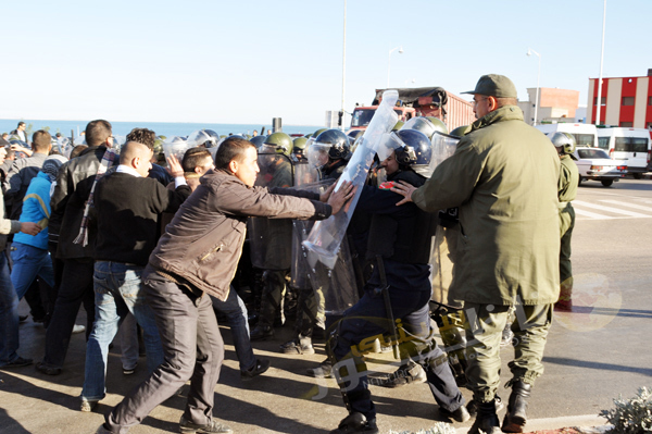 معطلو الناظور يصعدون من أشكالهم الاحتجاجية ويدخلون في مواجهات مع رجال الأمن عقب إغلاق طريق بني انصار الرئيسية