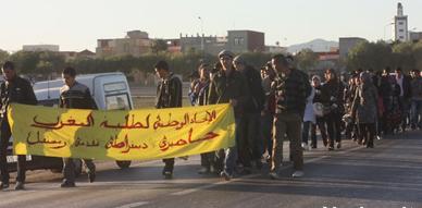 طلبة كلية سلوان يعربون عن غضبهم على تأخر صرف المنحة بمسيرة إحتجاجية