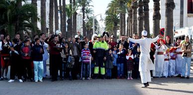 """الفنان الكوميدي بوزيان يصور فيديو كليبا لمسرحيته الفردية """"علال طاكسيستا"""" بشارع محمد الخامس بالناظور"""
