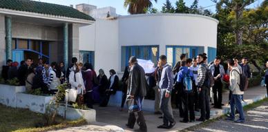مجموعة من تلاميذ ثانوية الناظور الجديد يحتجون أمام نيابة التعليم ويطالبون بتغيير أستاذتهم في مادة اللغة الفرنسية