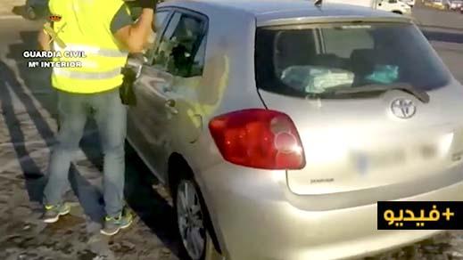 شاهدوا بالفيديو.. عناصر الحرس المدني تداهم سيارتين مملوءتان بالحشيش في ميناء هوليفا جنوب إسبانيا