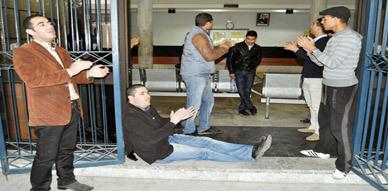 """الجسم الصحفي بالناظور يحتج على رئيس مركز تسجيل السيارات بعد أن نعتهم بـ """"صحافة جوج فرانك"""""""