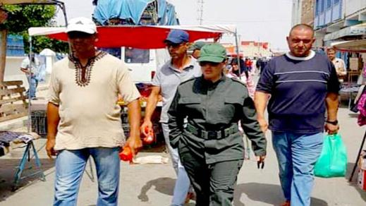 القائدة بالمقاطعة الأولى تشرف على عملية توزيع أكياس بلاستيكية على تجار السوق الأسبوعي بالدريوش