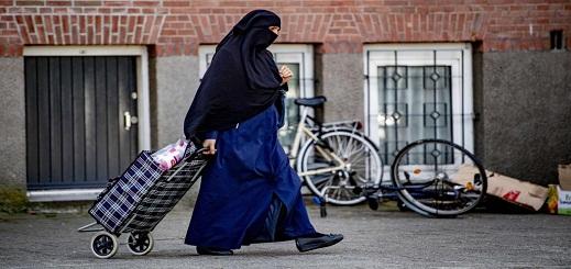 بعد أيام قليلة من دخول قانون حظر النقاب.. هولندا تعتذر لسيدة منقبة لهذا السبب