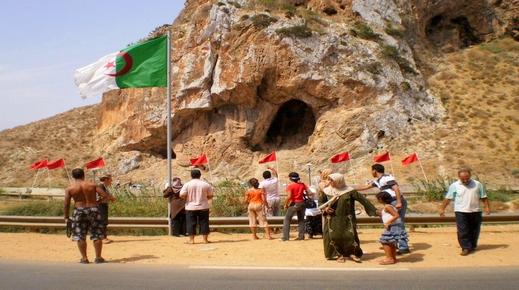 نشطاء جزائريون ينظمون وقفة سلمية للمطالبة بفتح الحدود مع المغرب