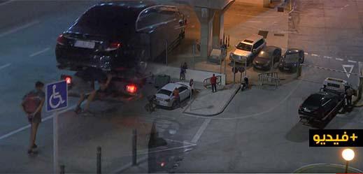 شاهدوا بالفيديو.. قاصران مغربيان يحاولان التسلل داخل شاحنة قطر السيارات بميناء مليلية
