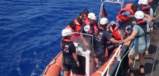 بالصور.. سفينة ألمانية تنقذ مهاجرين من العرق في عرض المتوسط