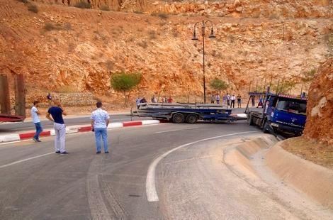 شاحنة تقطع الطريق بمدخل الحسيمة لساعات بعد اصطدامها بحاجز صخري