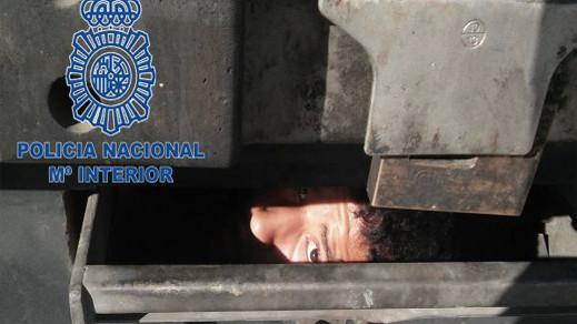 انقاذ قاصرين تخفوا في شاحنة للنقل الدولي انطلقت من ميناء الناظور