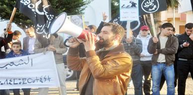 """فبرايرو الناظور يكتفون بالوقوف بدل السير في شوارع المدينة للمطالبة بإسقاط """"الفساد"""""""