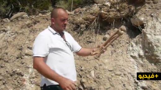 شاهدوا.. مواطن يعثر على عظام بشرية بعد فتح مسلك طرقي بمحاذاة مقبرة نواحي بني شيكر