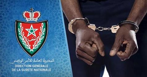 عناصر الشرطة تعتقل غينيا يحتجز ويبتز المهاجرين السريين