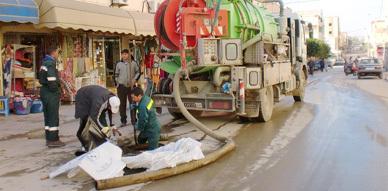 المكتب الوطني للماء الصالح للشرب بزايو يباشر عملية تنقية مجاري الصرف الصحي وسط المدينة