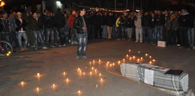 فعاليات حقوقية وجمعوية  بالعروي تشعل شموع الحزن تضامنا مع الشهيد عبد الوهاب زيدون